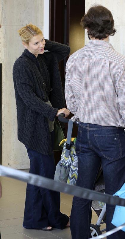 Claire Danes en famille à l'aéroport de Los Angeles