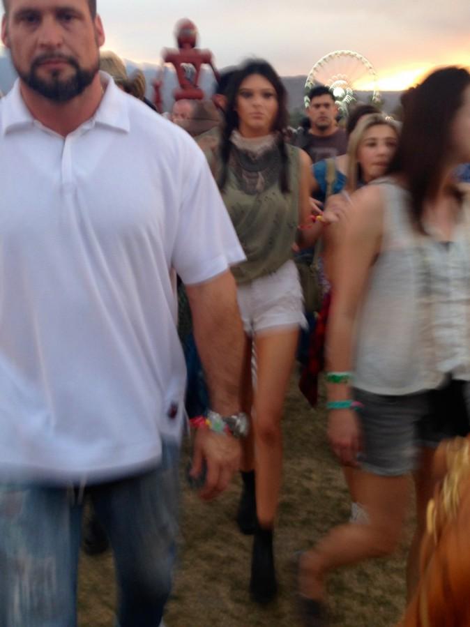 Kendall Jenner entourrée de ses gardes du corps - Coachella Jour 1