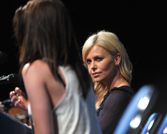 Charlize écoute avec attention Kristen ...