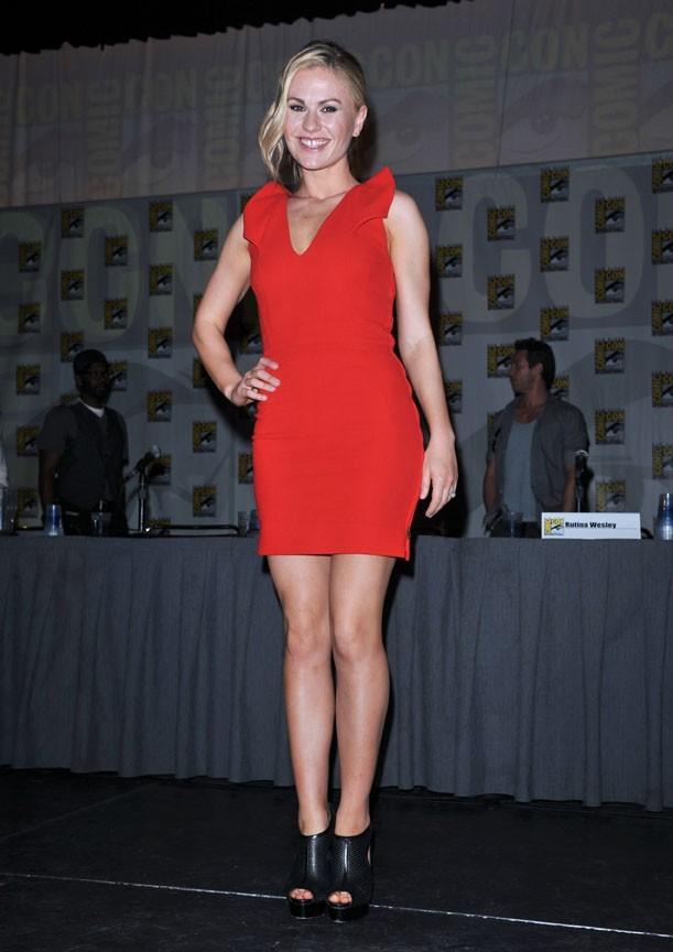 Sexy Anna dans sa robe rouge sang !