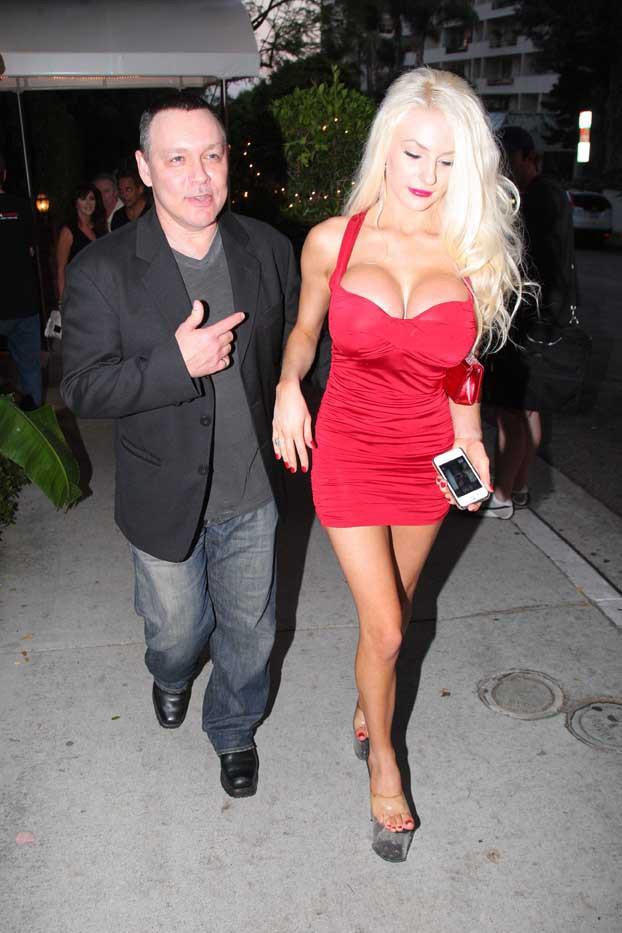 Courtney Stodden et son mari Doug Hutchison à West Hollywood le 12 juillet 2013