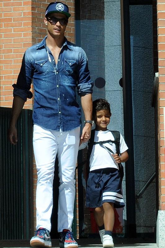 Cristiano Ronaldo : en papa concerné, il va chercher lui-même son adorable fils à l'école