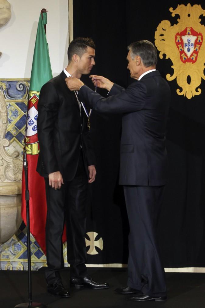 Photos : Cristiano Ronaldo : le Ballon d'or n'est pas peu fier d'être honoré par le président portugais !