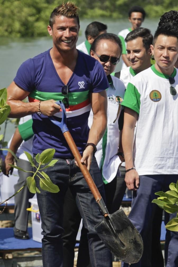 Cristiano Ronaldo plante un arbre à Bali