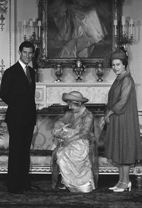 Le prince William dans les bras de la reine mère, entourée d'Elizabeth II et du prince Charles