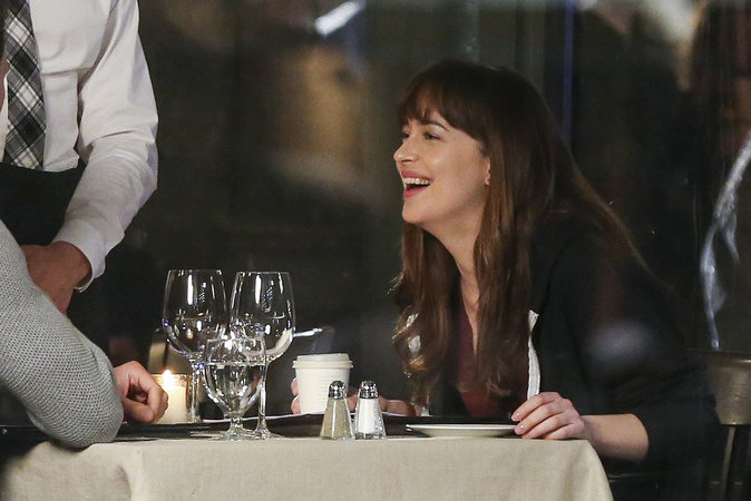 Dakota Johnson a l'air de s'éclater sur le tournage