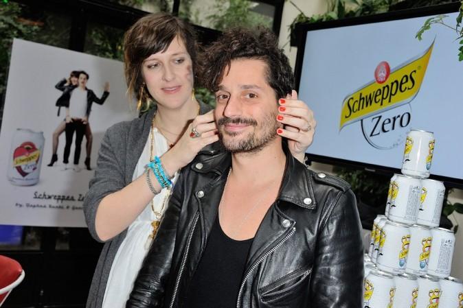 Daphné Burki et Gunther Love présentent leurs canettes de Schweppes Zero à Paris le 19 mars 2013