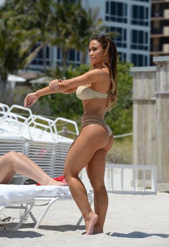 Daphne Joy sur la plage de Miami