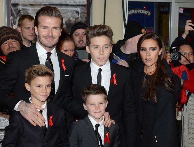 """David et Victoria Beckham et leurs trois fils lors de la première mondiale du documentaire """"The Class of 92"""" à Londres, le 1er décembre 2013."""