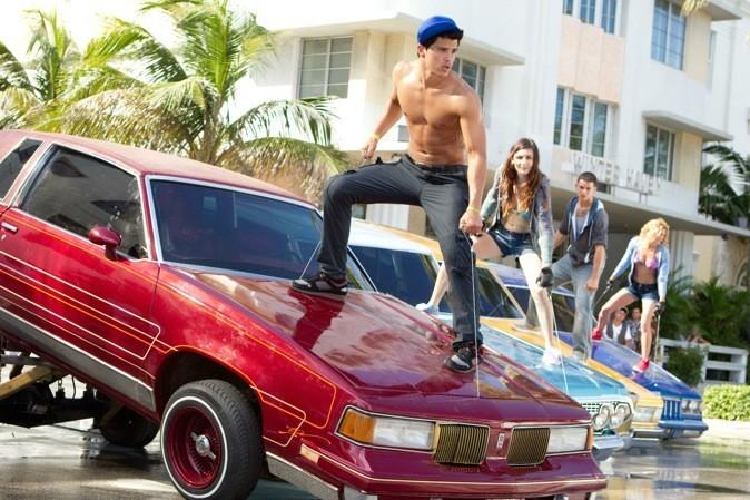Les danseurs escaladent les voitures !