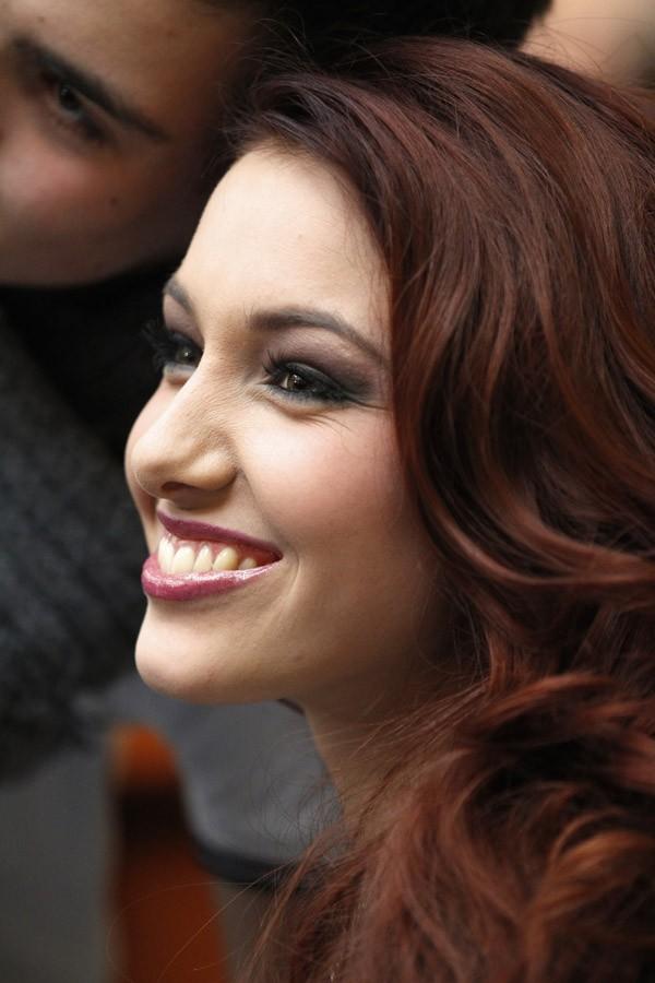 Elle offre ses plus beaux sourires à ses fans !