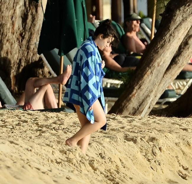 Demi Lovato profite d'un instant baignade à la Barbade le 15 avril 2013