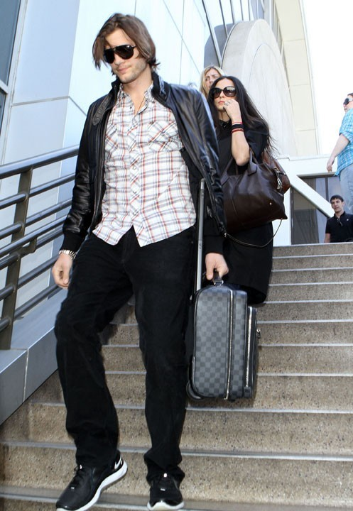 Demi n'en peut plus...heureusement il lui porte sa valise !