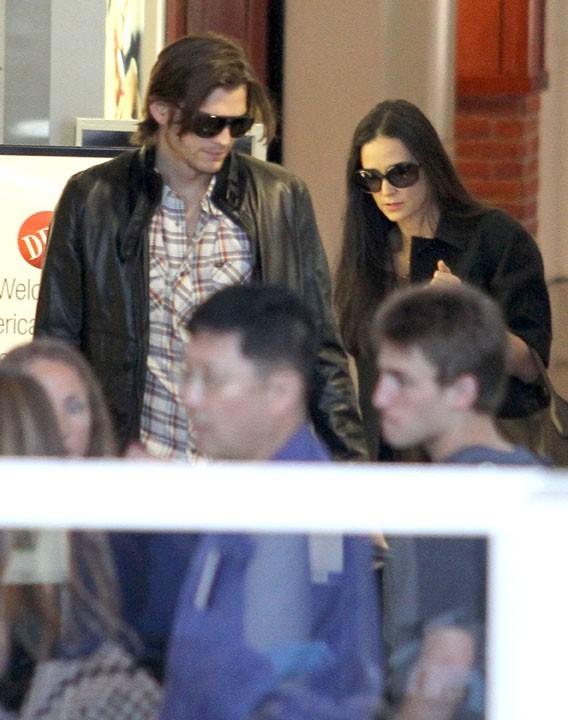 L'acteur et sa chérie Demi Moore sont crevés à force de faire le bien autour d'eux !