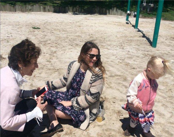 Drew Barrymore avec son enfant et sa maman