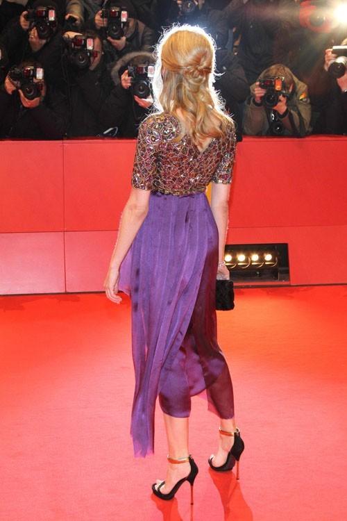 Elle a le sens du détail : regardez comme la robe est travaillée !