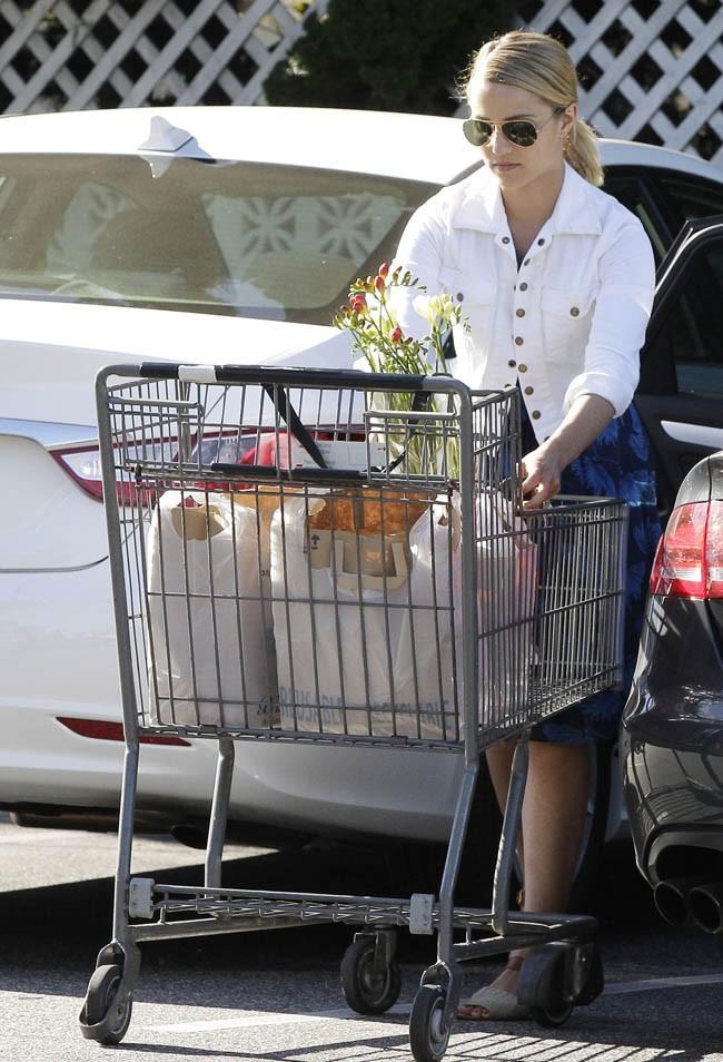 Dianna Agron fait ses courses le 8 juillet 2012 à Los Angeles