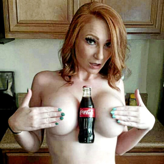 Sexy news : du Coca et des seins : le Hold a Coke with your Boobs Challenge