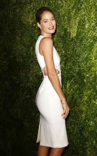"""Doutzen Kroes lors de la soirée """"CFDA/Vogue Fashion Fund Awards"""" à New York, le 11 novembre 2013."""