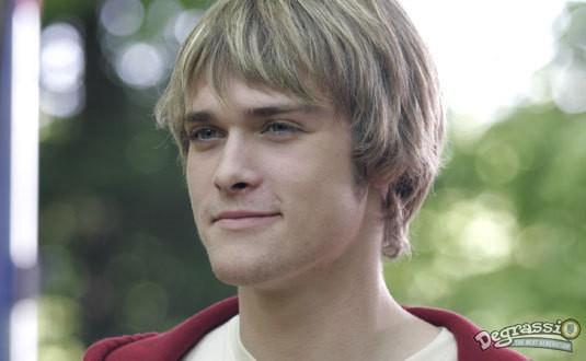 Jamie Johnston dans le rôle de Peter Stone