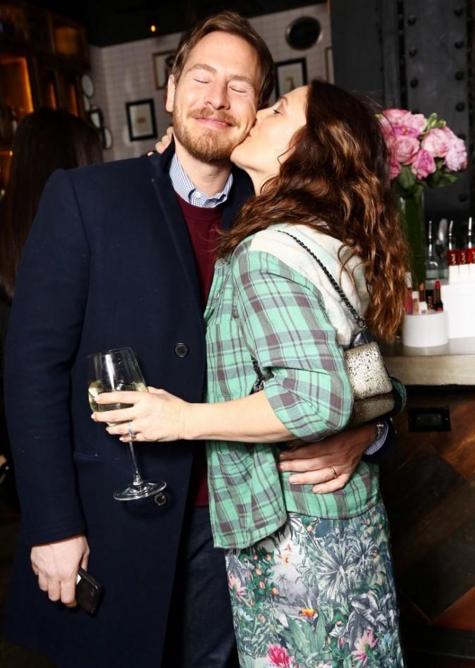 """Drew Barrymore lors de la soirée de lancement de sa gamme de cosmétiques """"Flower"""" en compagnie de son mari à New York, le 15 janvier 2013."""