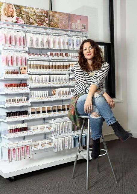 """Drew Barrymore présente sa gamme de cosmétiques """"Flower"""" à New York, le 15 janvier 2013."""