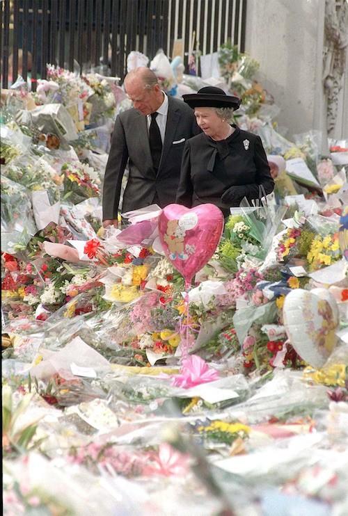 Elizabeth II et le duc d'Edimbourg devant les hommages à Diana à Buckhingham Palace, le 5 septembre 1997