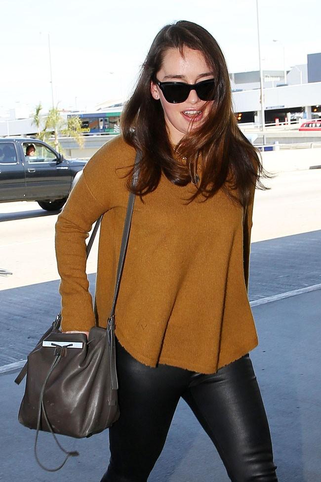 Emilia Clarke à l'aéroport de Los Angeles le 17 mars 2014