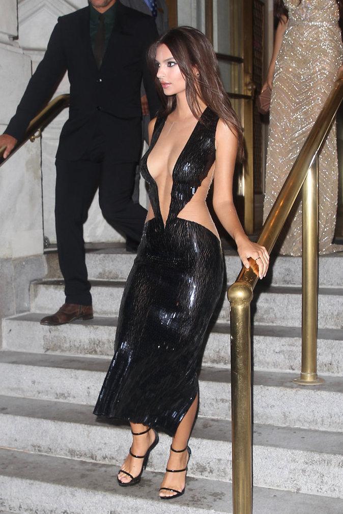 Emily Ratajkowski porte toujours des robes très sexy