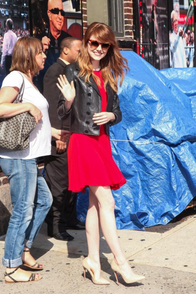Emma Stone dans sa petite robe rouge à la sortie de The Late Show with David Letterman