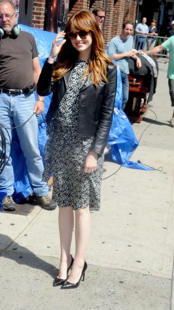 Emma Stone dans sa robe noire et blanche lors de son arrivée sur le plateau de The Late Show with David Letterman