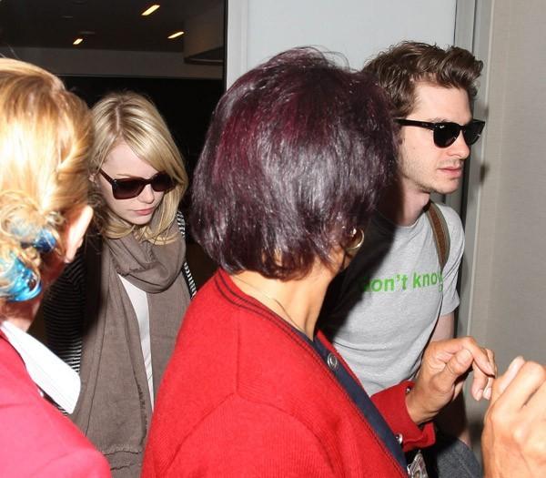 Emma Stone et Andrew Garfield à l'aéroport de Los Angeles le 6 juin 2012