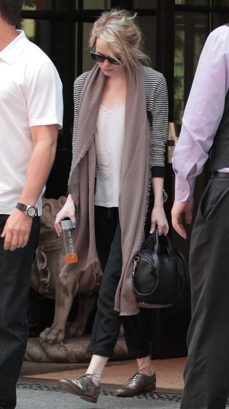 Emma Stone sort de son hôtel new yorkais
