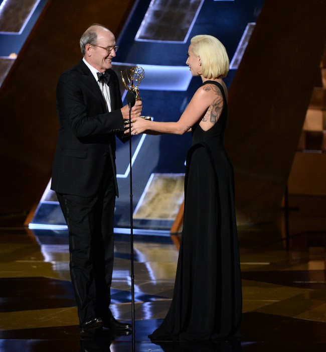 Lady Gaga et Richard Jenkins à la 67e cérémonie des Emmy Awards le 20 septembre 2015