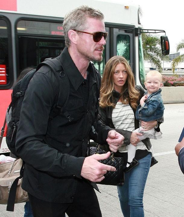 Eric Dane, Rebecca Gayheart et leur petite Billie arrivent à l'aéroport !