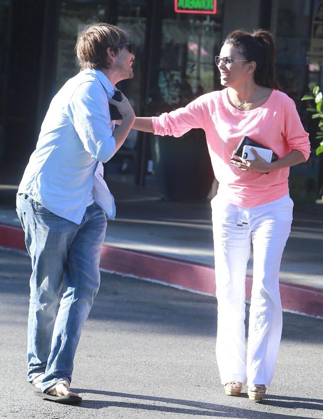 Eva Longoria avec son coiffeur et ami Ken Paves à Los Angeles le 9 août 2013