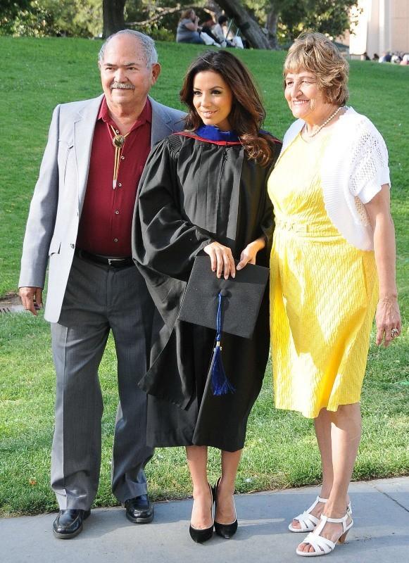 Eva Longoria entourée de ses parents pour recevoir son diplôme