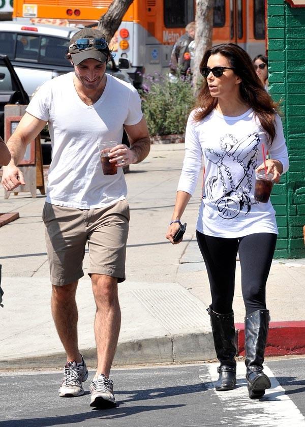 Eva Longoria en charmante compagnie à Los Angeles le 27 mars 2013