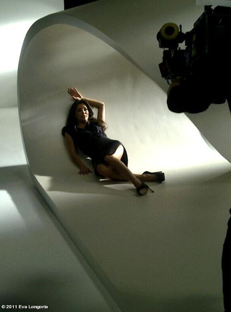 Eva Longoria en plein shooting pour sa prochaine campagne L'Oréal Paris, le 4 décembre 2011.