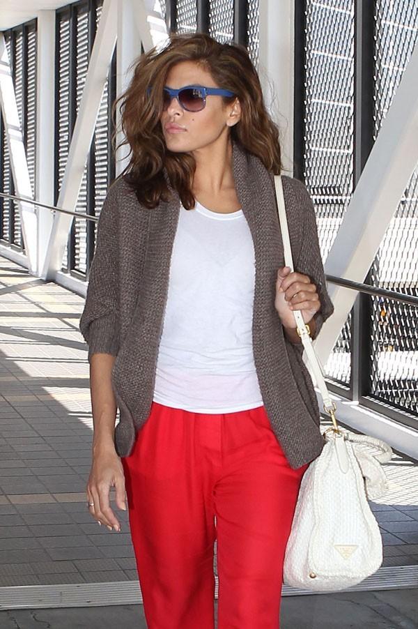 Eva Mendes à l'aéroport de Los Angeles le 7 juin 2012