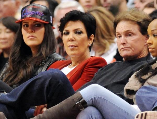 Khloe Kardashian, Kris jenner et Bruce Jenner lors du match entre les Clippers de Los Angeles et les Nuggets de Denver, le 25 décembre 2012 à Los...