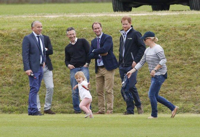 Le Prince aux côtés de Zara Phillips et sa fille Mia à Gloucester le 18 juin 2016
