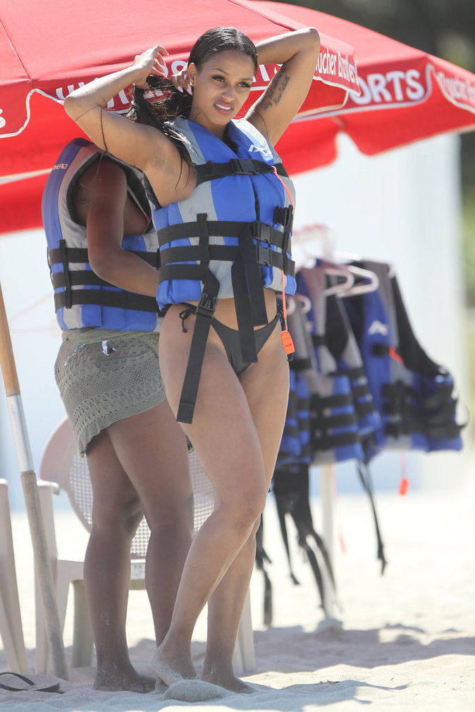 Fanny Neguesha sur la plage de Miami le 15 juin 2016
