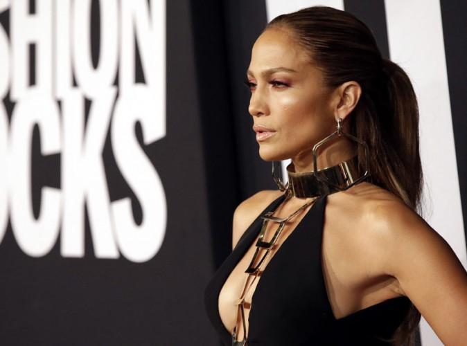 Fashion Rocks 2014 : Jennifer Lopez : très décolletée sur tapis rouge et bootylicious sur scène !