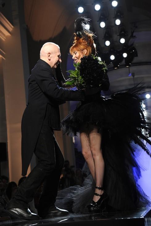 Mylène met Jean-Paul Gaultier à ses pieds ...