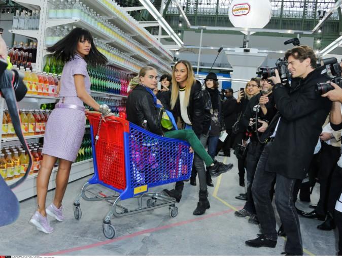 Rihanna, Cara Delevingne et Joan Smalls lors du défilé Chanel à Paris, le 4 mars 2014.