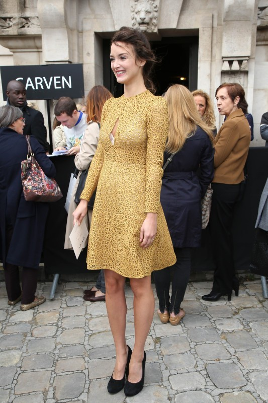 Charlotte Le Bon au défilé Carven à Paris, le 27 septembre 2012.