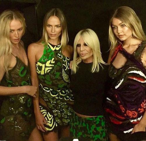 Raquel Zimmermann, Natahsa Poly, Donatella Versace et Gigi Hadid au défilé Versace à Milan, le 25 septembre 2015