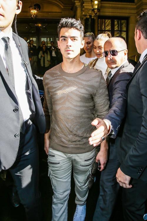 Joe Jonas et Gigi Hadid après le défilé Balmain prientemps-été 2016, le 1er octobre 2015
