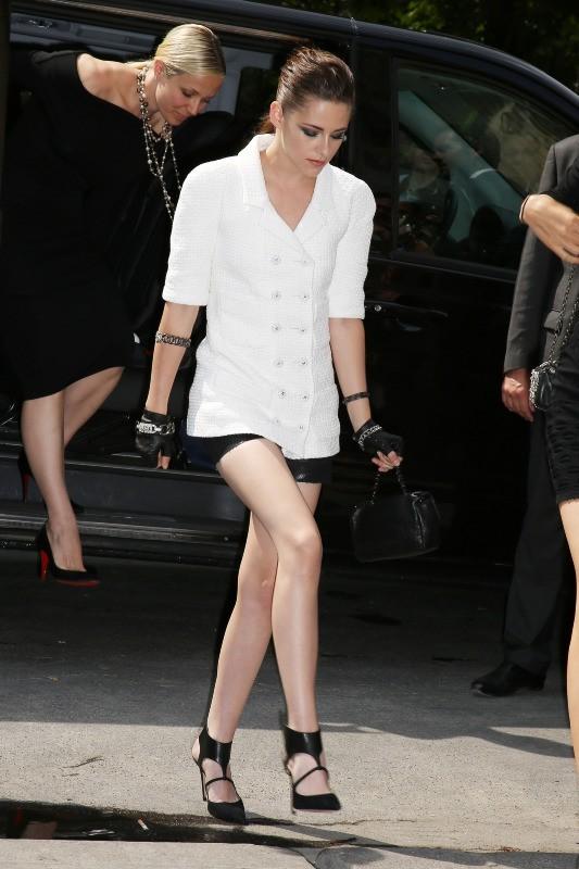 Kristen Stewart lors du défilé Haute Couture Chanel à Paris, le 2 juillet 2013.